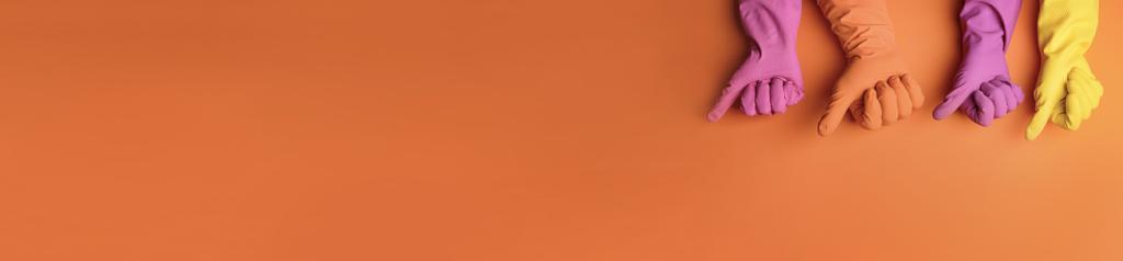 photo de gant sur fond orange pour marquer les engagements de la société magic net