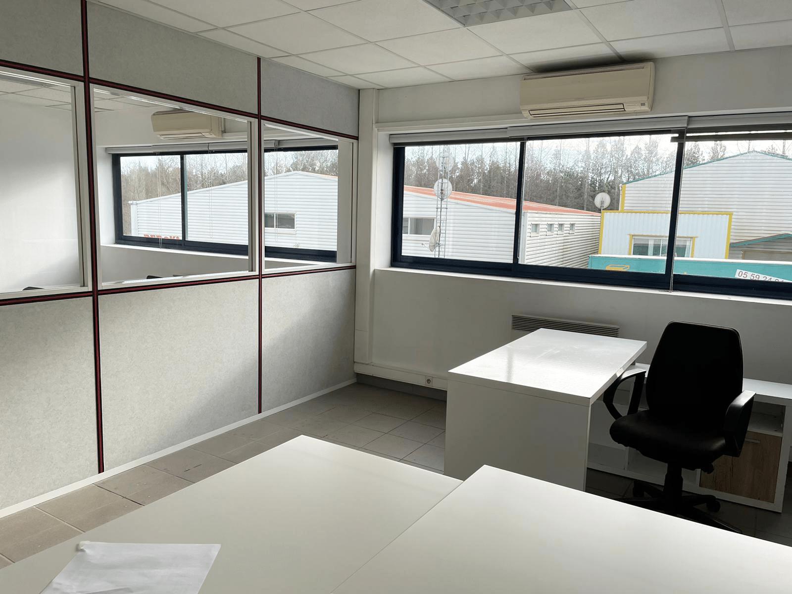 photo de bureau vide et propre à biarritz